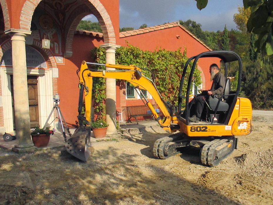 chantier devant le monastère
